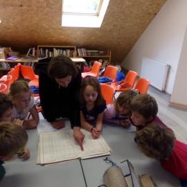 Les enfants découvrent les archives communales